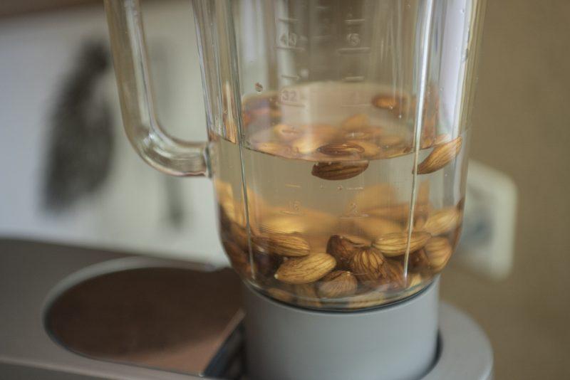 Mandelmilch: Mandeln mit Wasser mischen